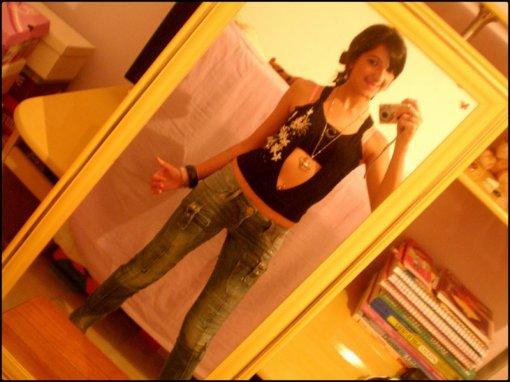 De calça jeans no espelho